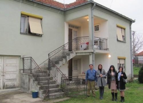 Седмочлана породица добила кућу на поклон