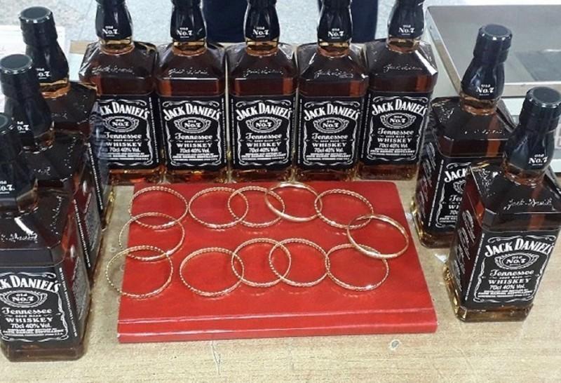 Девизе, виски и златне гривне ушивене у поставу...