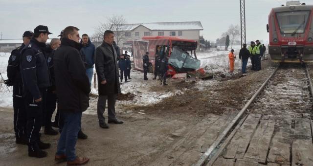 Direktor policije: Uzrok nezgode na pružnom prelazu najverovatnije propust vozača autobusa
