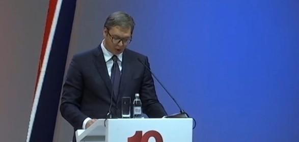 Uz Vučićevu poruku mira, najavu promena i smene nepoštenih u stranci, SNS obeležila desetogodišnjicu na skupu u Kraljevu