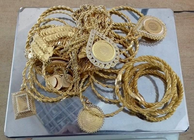 Кренули преко границе са готово килограм златног накита