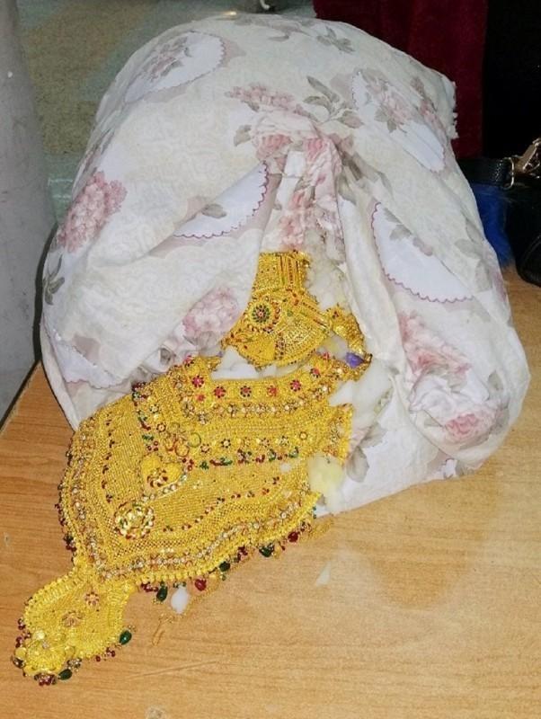 Златне огрлице вредне око три милиона динара у јастуку